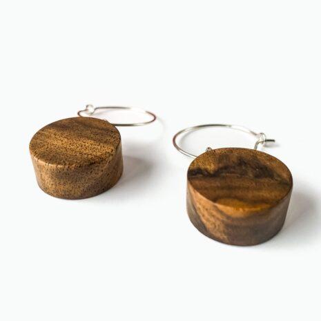 Runde-øreinge-lavet-af-træ-hvid-baggrund_v2